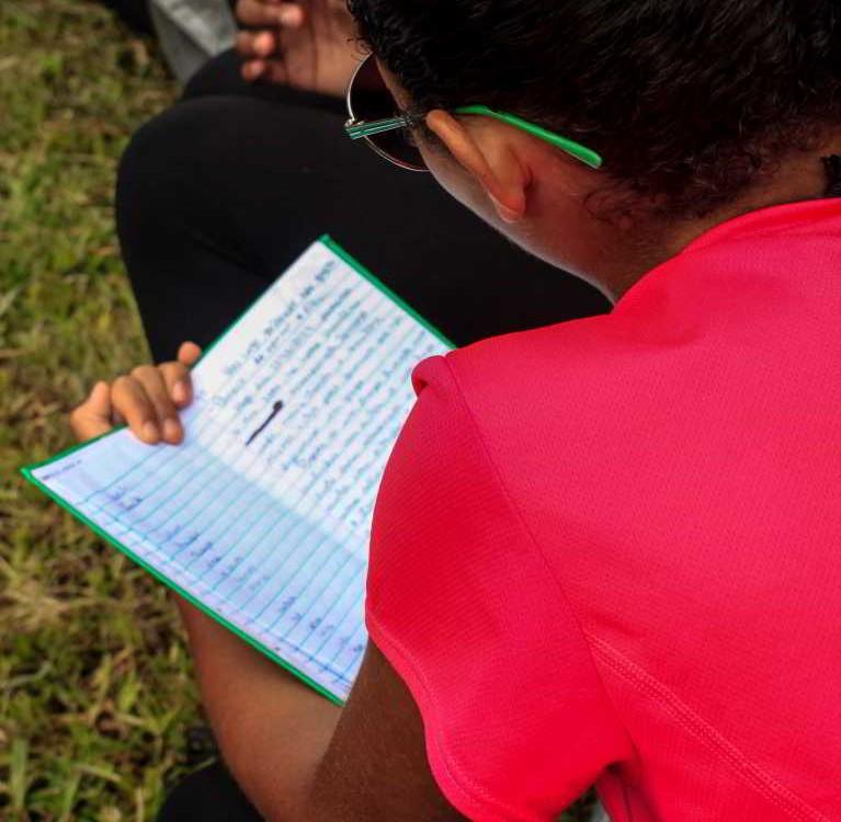 Garota lendo o diário da OBB