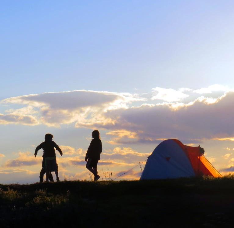 DESTAQUE-criancas-brincando-no-acampamento